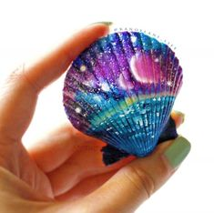 Get inspired with 20 painted sea shell crafts and shell designs. It's easy to decorate your favorite shells and turn them into beautiful shell art.sharpies on seashells Seashell Painting, Seashell Art, Seashell Crafts, Beach Crafts, Stone Painting, Painting On Shells, Rock Crafts, Clay Crafts, Arts And Crafts