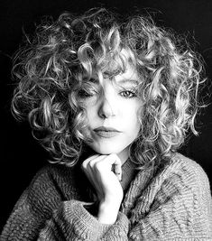 20 Popular Short Curly Hair Ideas - - Short Hairstyles - Hairstyles 2019 In recent years, a very popular lobe cut over the shoulder that we call the short curly hair appear this year with a more mobile look. Short Layered Curly Hair, Thick Curly Hair, Curly Hair With Bangs, Curly Hair Cuts, Short Hair Cuts, Short Blonde Curly Hair, Layered Curly Haircuts, Medium Curly, Curly Pixie Hairstyles