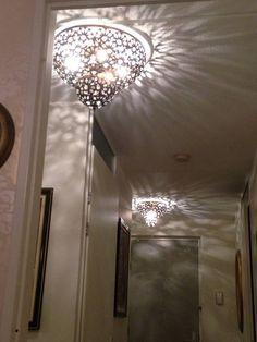 Mooie Filigrain plafondlamp verkrijgbaar in 2 maten en 2 kleuren namelijk Roest-Bruin en Chroom ingelegd met kleine Asfour kristallen octagonnen. Iedere plafondlamp heeft meerdere E14 fittingen en deze lampen staan bekend om hun mooie schaduw effecten zoals te zien op de foto. Tags: #Turkse lamp, #Arabische lamp, #Oosterse lamp, #Oriëntaalse lamp, #1001-nacht lamp, #Marokkaanse lamp, #Egyptische lamp, #Indiase lamp, #Filigrain lamp, #Gaatjes lamp, #Zenza lamp