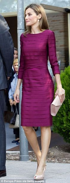 Queen Letizia is polished in purple Super svelte: The Spanish royal, who showed off her toned physique in the dress, accessorised with dusky pink court shoes, a style she has long championed, and a matching clutch Elegant Dresses, Pretty Dresses, Beautiful Dresses, Gorgeous Dress, Pink Court Shoes, Pink Shoes, Dress Up, Bodycon Dress, Dress Long