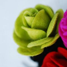 Sewing Fabric Flowers How to Make Felt Roses - Tutorials and Patterns - Easy and stunning craft tutorials to make felt flowers. Use them for pins, decorations, wreaths or beautiful gift embellishments. Handmade Flowers, Diy Flowers, Fabric Flowers, Paper Flowers, Felted Flowers, Fall Flowers, Diy Fleur, Crafts To Make, Diy Crafts