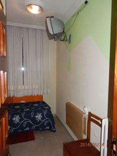 Habitación individual con TV, WiFi y aseo privado //  Private single room (TV and WiFi).