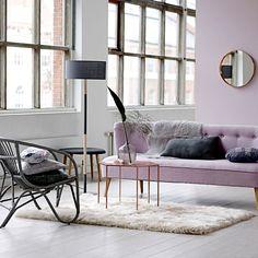 Kremowe dywany kontrastują spokojny odcień ścian