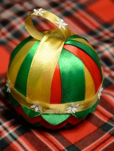 Oto pierwsza bombka, która zrobiłam na aukcje świąteczną (wspominałam o tym w poście o szydełkowych płatkach śniegu). Od spodu to bombka karczochowa zrobiona ze wstążeczki zielonej i czerwonej. Od …