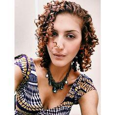 Selfie time no escritório. Quem mais está com vontade de ir embora pra casa levanta a mão! By the way, é impressionante como o tom dos cabelos ruivos mudam conforme o filtro de imagem... #acordabonita