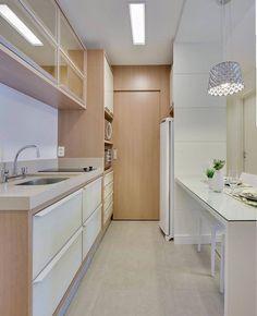 Cozinha de corredor linda nesses tons de madeira com branco. Os puxadores deram um toque de sofisticação