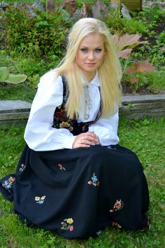 Norwegian women are often Light Springs, if they are natural blondes. Light Springs can handle a bit more contrast than Light Summers. Norwegian Clothing, Norwegian People, Swedish Women, Beautiful People, Beautiful Women, Costumes Around The World, Culture Clothing, Natural Blondes, Girls Rules