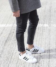 Mit dem 'Superstar' unter den adidas Sneakern in den Samstag starten. Hier Auswahl entdecken: http://sturbock.me/Ul0