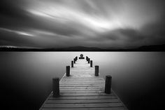 Etendues d'eau en noir et blanc, esthétique épurée, compositions graphiques... Les images du photographe anglais étonnent par leur simplicité et leur recherche dans la matière.
