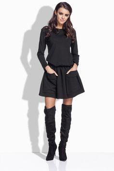 """Maximálne pohodové, extravagantné šaty s kruhovou sukňou sú presne pre teba, ak miluješ ležérnu ale zároveň štýlovu módu. Ak máš chuť niekedy trošku provokovať a pri tom zostať verná svojej pokojnej nálade. Tieto šaty, alebo ak chceš tunika, ti toto všetko doprajú.  Model šiat je v ačkovej línii, na sukni sú našité veľké vrecká amajú hladké dlhé rukávy. Šaty sú bez zapínania, no ich silno pútavým prvkom sú práve mega vrecká, ktoréhovoriace niečo ako """"Som maximálne v pohode"""":) Dodanie ..."""