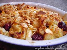 #Apfel- #Kirsch- #Michel Die schwäbische Form der Resteverwertung altbackener Backwaren: Zutaten (für etwa 4 Dessertportionen oder zwei kleinere süße Hauptspeisen) - Altes Gebäck (etwa 3 Stück, bspw. Weißbrot, Brötchen, Hefezopf, Croissants, Kuchen, ...) - Milch (etwa 400-500 ml, je Menge und Alter des Gebäcks) - Eier (1-2) - Zucker - Zimt - Obst (hier 1 Apfel und 3 EL Rum-Kirschen, wahlweise anderes Obst / Dosenobst) - Butter o.ä. (zum Einfetten der Form)