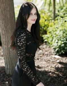 « Féminine et magnétique », Eva Green est la nouvelle élue de L'Oréal Professionnel. Ancienne James Bond girl et bientôt à l'affiche du prochain film de Tim Burton, l'actrice de 34 ans a tourné un premier spot pour la marque. http://www.elle.fr/Beaute/News-beaute/Cheveux/Eva-Green-nouvelle-egerie-tres-glamour-pour-L-Oreal-Professionnel-2884148