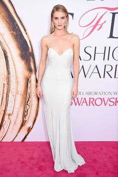 Pin for Later: The Fashion Crowd Goes All Out For the CFDA Awards Red Carpet Rosie Huntington-Whiteley Wearing a Michael Kors Collection gown and Chanel fine jewellery. Rosie Huntington Whiteley, Red Carpet Dresses 2016, Red Carpet Gowns, Celebrity Dresses, Celebrity Style, Celebrity Beauty, Glamour, Beyonce, Cfda Awards