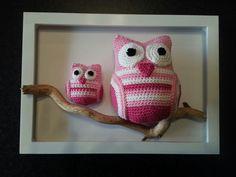 Uiltjes gehaakt en in een fotolijstje gezet. Crochet Wall Art, Crochet Box, Crochet Teddy, Crochet Home Decor, Crochet Gifts, Amigurumi Patterns, Crochet Patterns, Knitting For Beginners, Crochet Animals