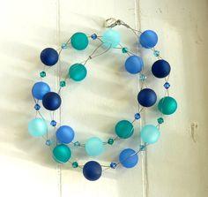 Schöne Kette mit Polarisperlen in Blau/Türkistönen & Kristallglasperlen (Sapphire, Aquamarinblau, Petrol), gefädelt auf Schmuckdraht. Größe/Maße/Gewicht Länge gesamt: ca. 47cm Polarisperlen:...