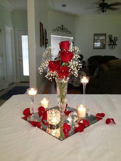 Utiliza pétalos de rosa para crear sencillos pero hermosos centros de mesa que cautivarán a todos tus invitados por su naturalidad. Mira to...