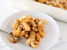 Here's a true crowd pleaser: pasta shells in a simple sauce of ground beef, tomatoes, and pesto, layered with mozzarella and Parmesan and baked until Pesto Pasta Recipes, Meat Sauce Recipes, Wine Recipes, Cooking Recipes, Meal Recipes, Baked Pasta Dishes, Stuffed Pasta Shells, Pasta Bake, Cata