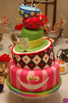 Alice in Wonderland theme cake!! So want that for my next birthday!!