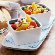 Unkarilainen kasvispata maistuu herkulliselta vaalean leivän kanssa. Maukkaat kasvikset hautuvat padassa meheviksi.
