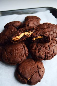 Vegan Salted Dark Chocolate Cookies with Peanut Butter Centre (use coconut palm sugar for brown sugar) Chocolate Chip Shortbread Cookies, Toffee Cookies, Chocolate Peanut Butter Cookies, Yummy Cookies, Vegan Chocolate, Cookies Vegan, Chocolate Chips, Vegan Dessert Recipes, Cookie Recipes