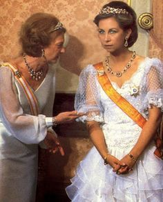 Queen Sofia of Spain wearing the Niarchos rubies as a double row bandeau and necklace Royal C, Royal Queen, Royal Jewels, King Queen, Royal Tiaras, Greek Royalty, Spanish Royalty, Greek Royal Family, Spanish Royal Family