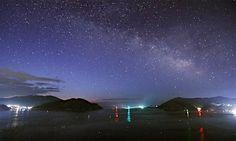 11日に東日本大震災から6年を迎える岩手県の大船渡湾で、夜明け前の空にかかる天の川 - Yahoo!ニュース(時事通信)