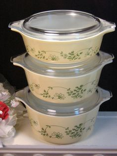 Vintage Pyrex Shenandoah Casserole with Lids 6 Piece Set. This pattern was made from 1982 to 1986 and features a fresh and delicate green floral Vintage Dishes, Vintage Pyrex, Vintage Glassware, Vintage Kitchen, Small Kitchen Appliances, Kitchen Items, Corelle Patterns, Retro Kitchen Accessories, Corelle Dishes