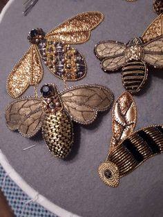 Hand Work Embroidery, Bead Embroidery Jewelry, Gold Embroidery, Embroidery Fashion, Embroidery Stitches, Beaded Jewelry, Embroidery Designs, Goldwork, Ideias Diy