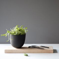 Doniczka/ ogródek zielny z podstawką Menu Grow Pot Herb Planters, Herb Pots, Planter Pots, Indoor Outdoor, Urban Garden Design, Design3000, Shops, Menu Design, Design Shop