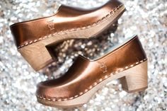 What is your favorite metallic color? bronze, gold, pewter or purple? Take a look at all of our lovely metallic clogs here: https://sandgrensclogs.com/for-women/limited-edition/