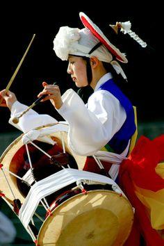 Part of ant celebration Korean Traditional Dress, Traditional Fashion, Traditional Dresses, Living In Korea, African Dance, Mask Dance, Korean Painting, Korean Peninsula, Korean Hanbok