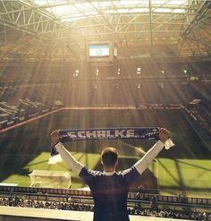 Yildirim_02: Zeig mir den Platz in der Kurve Wo alle Schalker zusammensteh'n Auf diesem Platz in der Kurve Wollen wir die Schalker siegen seh'n Zeig mir den Platz in der Kurve Wo alle Schalker zusammensteh'n Steh'n wir zusammen in der Kurve Dann wird auch Schalke nie untergeh'n....