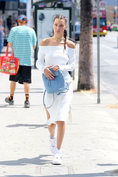 vestido branco e tênis branco