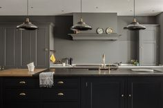 Osea Island with a bespoke marble and wooden worktop in the Greenwich Park. Plain English Kitchen, English Kitchens, English Homes, Kitchen Shop, Shaker Kitchen, Traditional Interior, Traditional Kitchen, Luxury Kitchen Design, Bespoke Kitchens