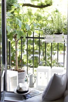 Quickly make the balcony nice. And throw the bad conscience over the parapet Quickly make the balcony nice. And throw the bad conscience over the parapet Outdoor Balcony, Outdoor Spaces, Outdoor Gardens, Balcony Gardening, Interior Balcony, Balcony Furniture, Porches, French Balcony, Tiny Balcony