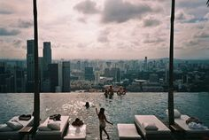 Infinity pool at Marina Bay Sands Singapore Infinity Pools, Cosmos, Places To Travel, Places To Go, Sands Singapore, Sands Resort, Sands Hotel, Rooftop Pool, Voyage
