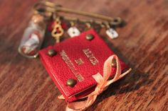 Broche Alice au pays des merveilles livre miniature cuir rouge fiole : Broche par laureline-reliure