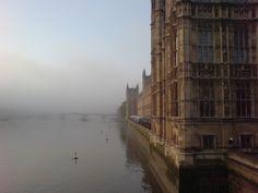 Ponte envolta pela neblina