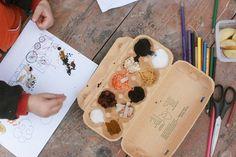 NÁKLADNÍ VLÁČEK POTŘEBUJEME:     šablona (ke stažení - kategorie omalovánky)     různé dobrůtky z kuchyně     lepidlo Připravte dětem různobarevné suroviny z kuchyně do kartonu od vajíček. Děti pak mohou libovolně nakládat vagónky a přitom hádat, co je to za surovinu v kuchyni a co by to mohlo být, když to budou nakládat. Těstoviny jako polínka a mák jako uhlí jsou nej :-) Stačí, když vytisknete šablonu, děti pak lepidlem přilepují jednotlivé suroviny...Zbytek obrázku pak mohou třeba…