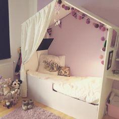 Mellie ville så gerne have et lille gardin til sit hus, så måtte man jo i #stof2000!  #børneværelset #husseng #housebed #børneseng #DIY #fermliving #bynord #h&m #happylights #lovemymellie