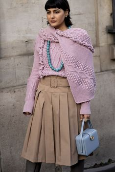 Paris Fashion Week: 100 streetstyle looks voor oneindige outfit inspiratie Best Street Style, Street Style Looks, Beige Outfit, Catwalks, Bell Sleeve Top, Runway, Mini Skirts, Paris Fashion, Street Fashion
