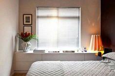 Essa estante em baixo da janela é uma ótima opção pra quartos pequenos, e ainda aproveitar para colocar fotos e objetos de decoração em cima. Amei!👏😍 #inspiracao #apartamento #apartamentopequeno #inspiration #home #meuap #inspiration #apartament #reforma #obra #arquitetura #decor #apenaplanta #diariodereforma #quartodecasal #bedroom #pinterestidea #apartamentodecorado #decorando #mrv #Apemrv #pinterest #sonhando #homesweethome🏡 #instadesing #instadecor #desingdeinteriores