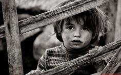 Yitik bir çocukluk benimkisi... Soluk bir siluet... Yorgun bir yürek...  Doldurulamayan bir yalnızlık gerisi... ... Sanki hiç yaşamamışım gibi... Kırgınım hayata...Maziye...Çocukluğa... Yitiğim... Hiçim adeta...