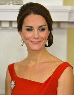 kate middleton coiffure chignon bas robe rouge