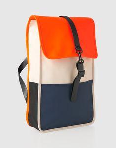 Der wasserfeste Rucksack kommt im simplen und stylishen Design, das sich allen Outfits perfekt anpasst. Durch die verstellbaren Schulterriemen kannst du den Rucksack optimal an dich anpassen. Der Rucksack hat ein extra Laptopfach und eine versteckte Tasche für dein Handy.