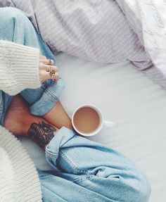 Victoria of Afluenza knows that morning coffee is best enjoyed with cozy boyfriend jeans (and a comforter). Photo Pour Instagram, Instagram Fashion, Disney Instagram, Instagram Photo Ideas, Tumblr Photography Instagram, Coffee Instagram, Boyfriend Jeans, Mom Jeans, Estilo Blogger
