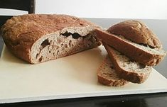 Sickin hleb Za ovaj hleb biće vam potrebni samo brašno, voda i so. Ne mora da se mesi, dovoljno je samo varjačom dobro izmešati. Hleb je tako vazdušast, ne mrvi se i možete iseći na jako tanke kriške.Dovoljno je da mera bude čaša ili šolja. U posudu staviti šolju brašna i šolju mlake vode, izmešati da se razbiju grudvice Prekriti rastegljivom folijom na kojoj ćete izbušiti vise rupica i ostaviti preko noći.  U to dodati 3 šolje brašna i jednu šolju vode, kašičicu soli (po želji sjemenke)...
