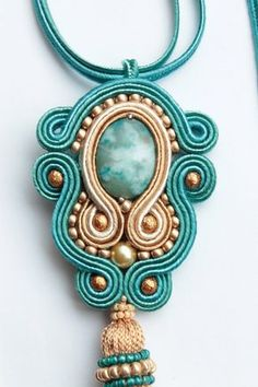 Etsy の Turquoise soutache pendant. by SoftAmethyst Bead Embroidery Jewelry, Beaded Bracelet Patterns, Beaded Jewelry, Handmade Jewelry, Soutache Pendant, Soutache Necklace, Diy Necklace, Shibori, Gold Bridal Earrings
