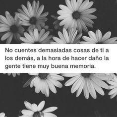 """#frases """"No cuentes demasiadas cosas de ti a los demás, a la hora de hacer daño la gente tiene muy buena memoria."""""""