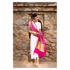 Plain kurti with bright pink banarsi dupatta Indian Gowns, Indian Attire, Indian Wear, Ethnic Outfits, Indian Outfits, Girly Outfits, Dress Outfits, Lehnga Dress, Lehenga